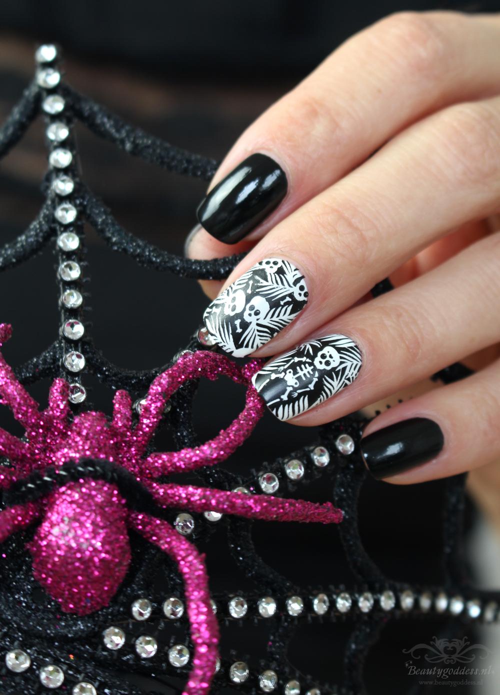 Wanneer Valt Halloween.Essie Licorice Halloween Nailart Beautygoddess Nl